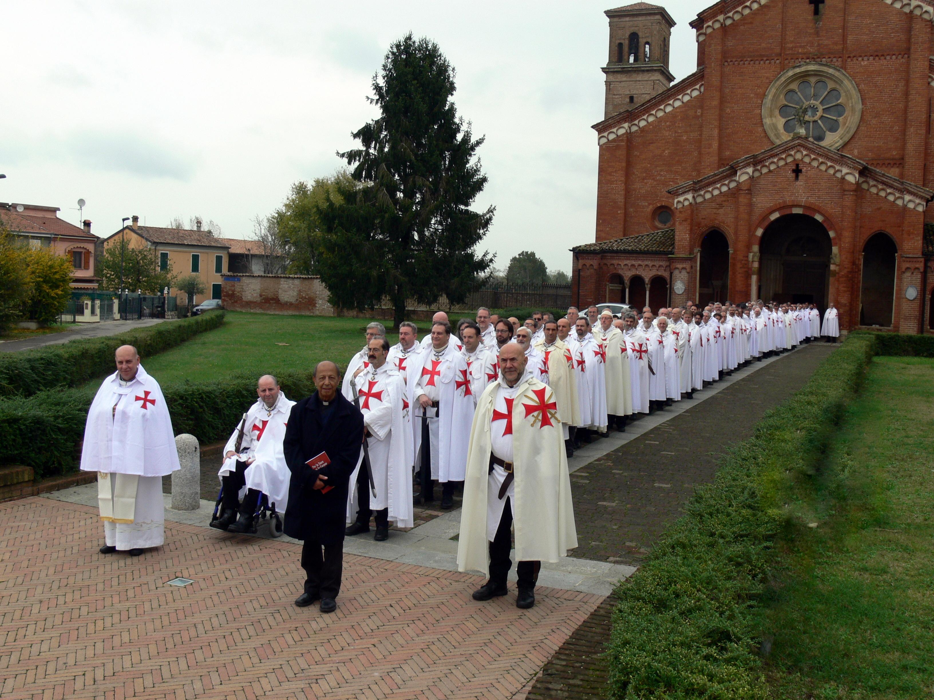 Katoliccy templariusze biorą udział w corocznych rekolekcjach duchowych w opactwie Chiaravalle della Colomba w Alseno, Piacenza.