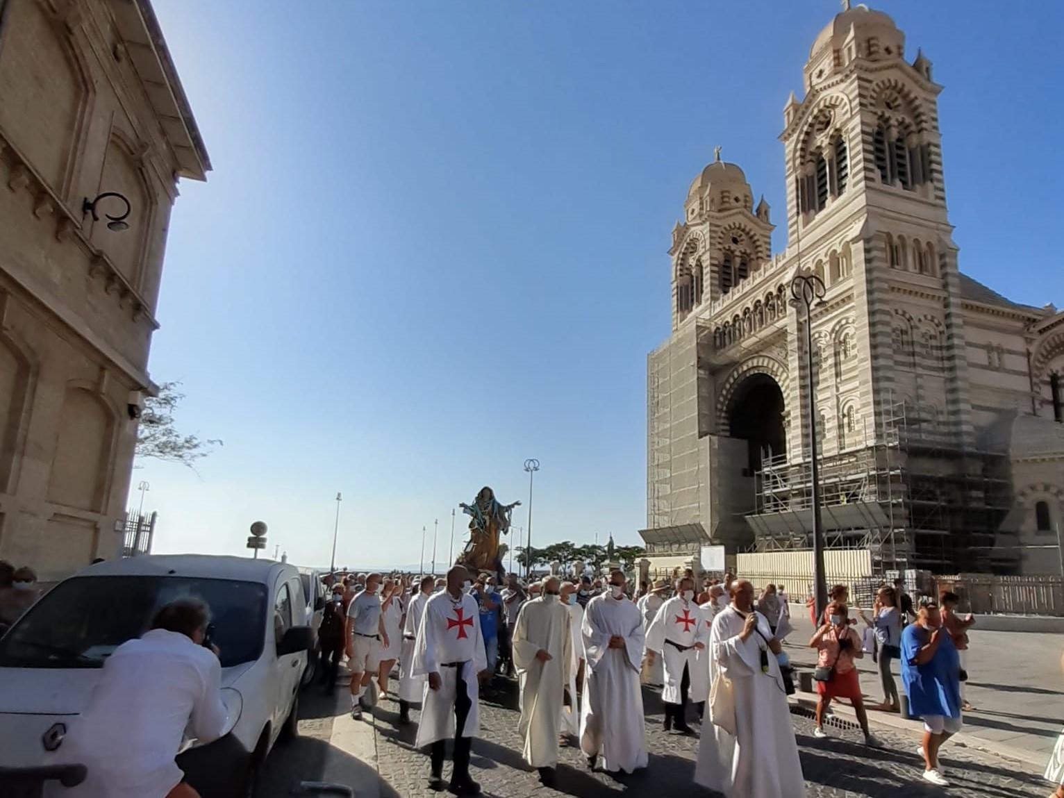 Les Templiers catholiques de France participent à la traditionnelle procession pour la fête de l'Assomption de la Vierge Marie à Marseille