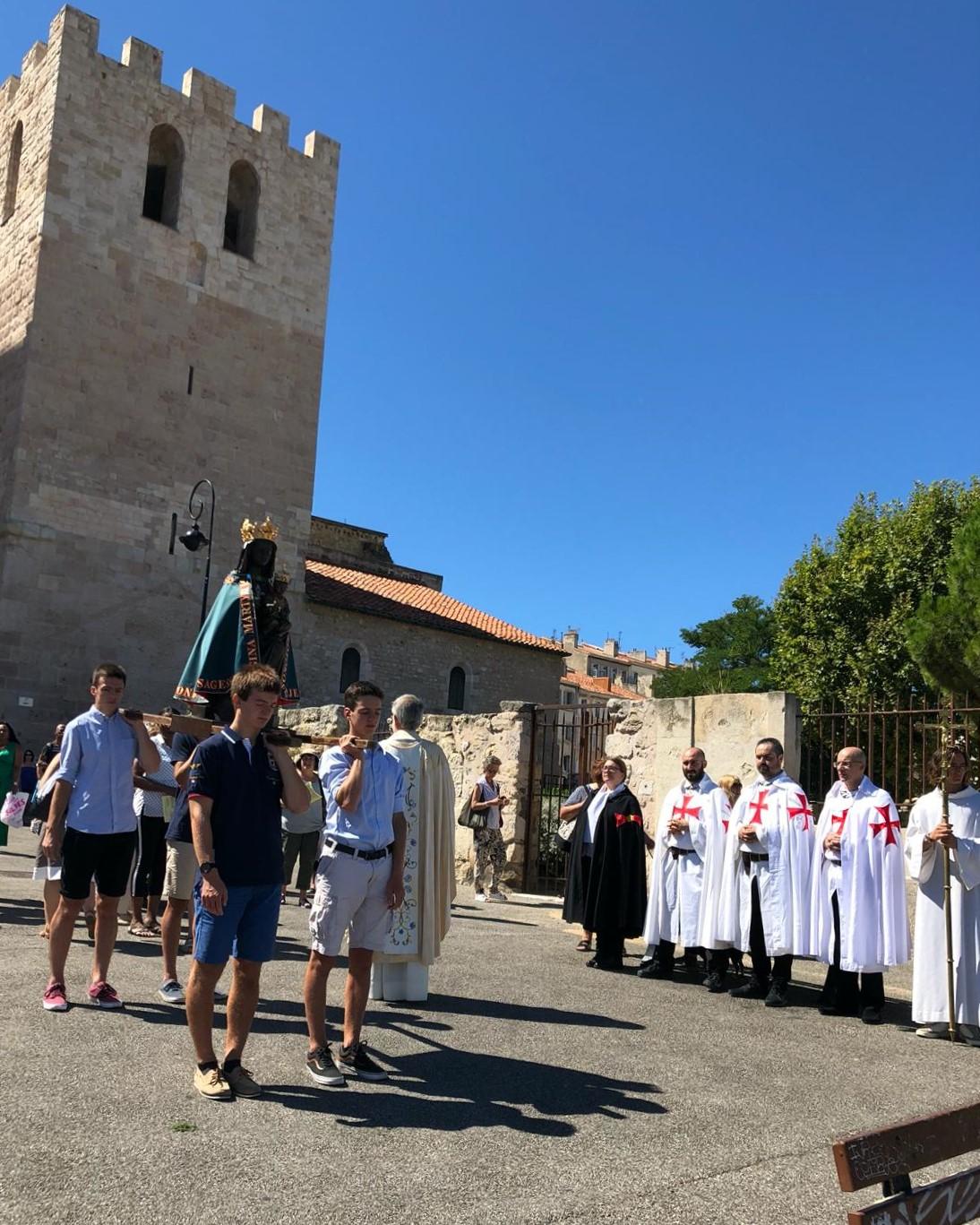 Les Templiers Catholiques de France participent à l'office de la Sainte Messe et à la procession pour la fête de l'Assomption de la Vierge Marie dans l'Abbaye de Saint-Victor en Marseille