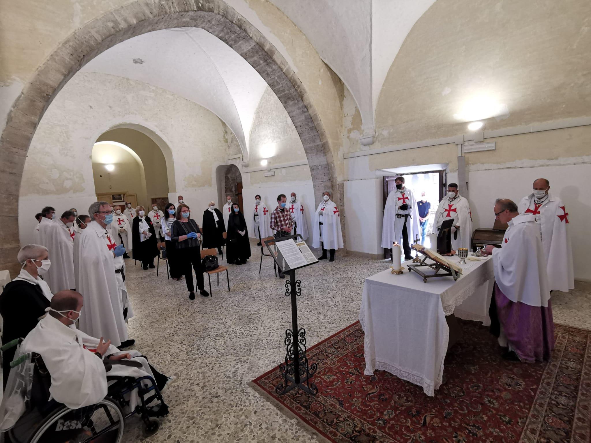 Teilnahme an der heiligen Messe im Wahlrecht für unseren Gründer des Templerordens Ugone dei Pagani, Messe in der Templerkapelle in der Abtei von Valvisciolo