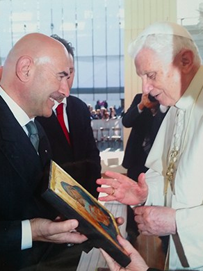 Mauro Giorgio Ferretti dona un regalo a Papa Benedetto XVI